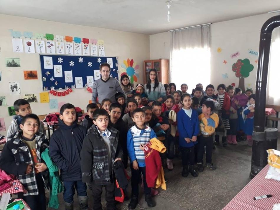 Kardeş Okul Projesi kapsamında Tekirdağ Kapaklı İlçe Milli Eğitim Müdürlüğü tarafından Hınıs Ortaköy Mahallesi öğrencilerine yardım yapıldı.  Parka,kazak,ayakkabı , bere,eldiven vb. kışlık giyim eşyaları ve kırtasiye malzemelerinin öğrencilere dağıtılması öğrencilerde sevinçle karşılandı.