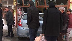 Hınıs'ta Otomobil İşyerine girdi!!