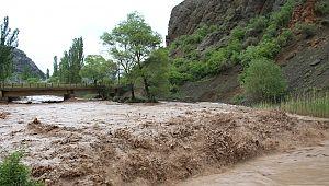 Oltu'da sel...İş makinesi sel sularının içinde kaldı