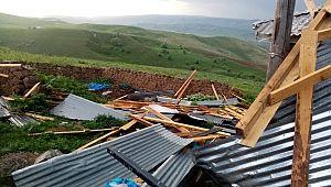 Hınıs'ta Fırtına Çatıları Uçurdu..