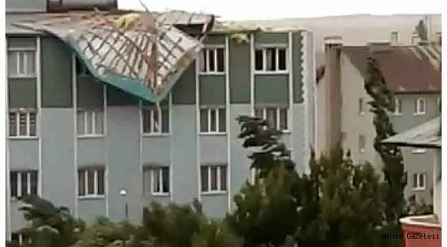 Hınıs'ta Rüzgar Çatıları Uçurdu