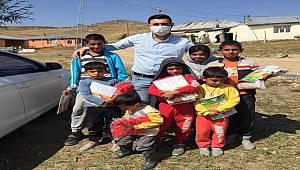 CHP Hınıs İlçe Başkanı Mahalle Mahalle Dolaşıp Yardım Dağıtıyor